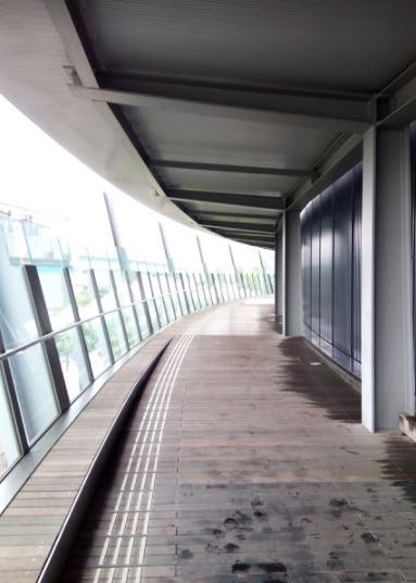 スカイズタワー&ガーデンに続くペデストリアンデッキの画像