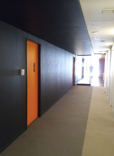 共用施設へ続く廊下
