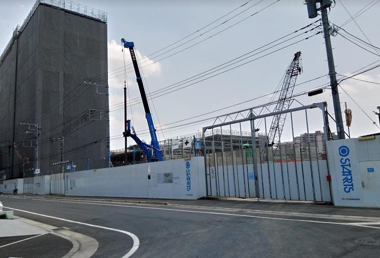 駅西側の工事現場の写真