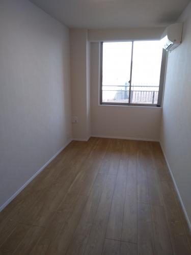 小さい方の洋室